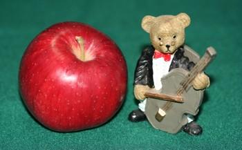 リンゴと楽器を弾く置物