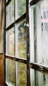 ねじ式鍵の窓