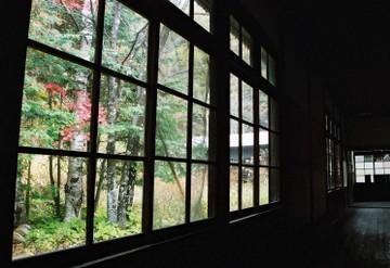 木造校舎の暗い廊下