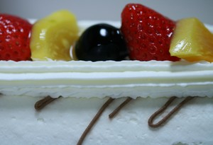 カット前のロールケーキ