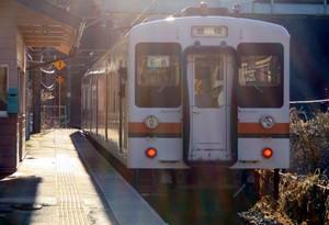 逆光の中の電車