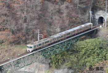 トンネルから電車