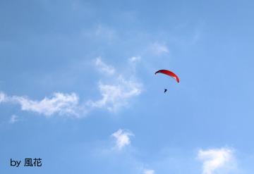 赤いパラグライダー