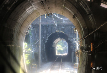 重なるトンネル