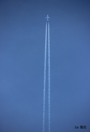伸びる飛行機雲