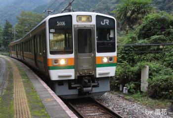 駅から発車する213系